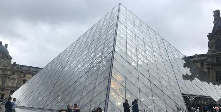 musee-du-louvre-teras-dalam.jpg